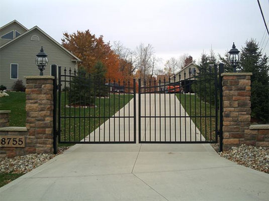 Driveway gates cost guide aluminum vinyl wood and iron for Aluminum driveway gates prices